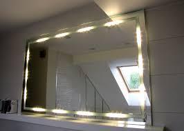 oświetlenie wokół lustra